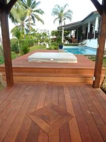 Terrasse en IPE (bois exotique) autour d'un jacuzzi